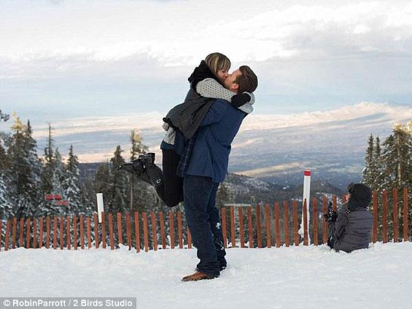 Rayakan Pertunangan di Atas Gunung, Pasangan Ini Malah Terjebak