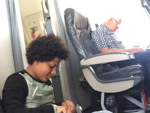 Tidak Dapat Kursi, Satu Keluarga Ini Harus Rela Duduk di Lantai Pesawat!