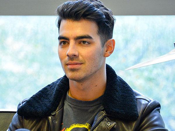 Datang Ke Pesta, Joe Jonas Pakai Jaket Bergambar Petai dan Mangkok Mie Ayam Khas Indonesia