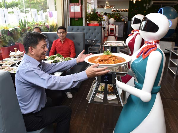 Kekurangan Orang, Pemilik Restoran Ini Gunakan Robot Sebagai Pegawai