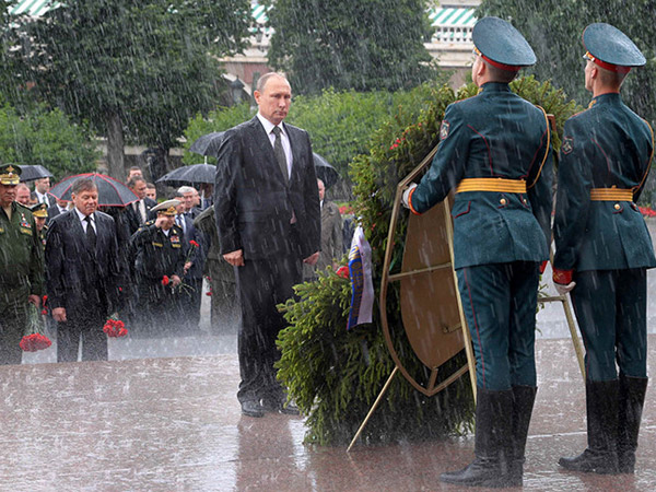 Geger Video Presiden Rusia Putin Rela Hujan-hujanan di Upacara Hari Invasi Nazi