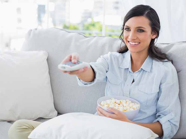 Suka Ngemil Sambil Nonton TV? Ikuti Tips Ini Agar Tubuh Tak Gemuk