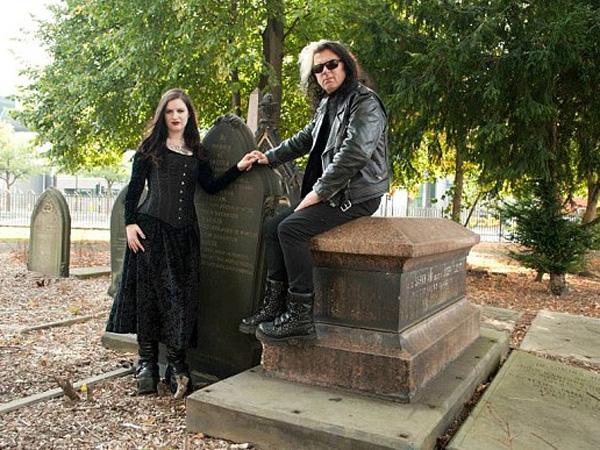 Minum Darah dan Tidur di Siang Hari, Pasangan Ini Ngaku Jelmaan Vampir!