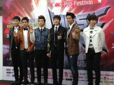 Selesai Tampil di Music Bank Jakarta, 2PM Jalan-jalan ke Monas!