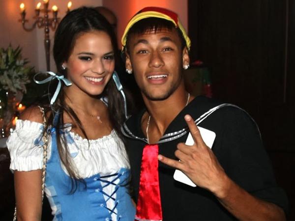 Foto Bareng Fans Terungkap, Neymar Balikan dengan Mantan Kekasih?