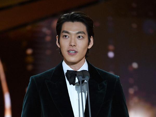 Kim Woo Bin Tampil Gagah dan Tampan di Blue Dragon Film Awards