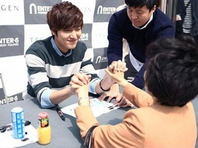 Asyiknya! Para Fans Ini Berkesempatan Mengaitkan Tangan Dengan Lee Min Ho!