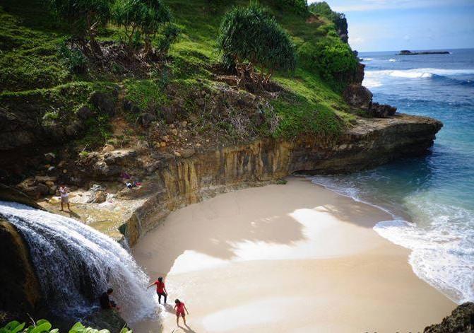 Wisata Unik Indonesia, Air Terjun Di Bibir Pantai Ini Populer Di Kalangan Wisatawan Lokal