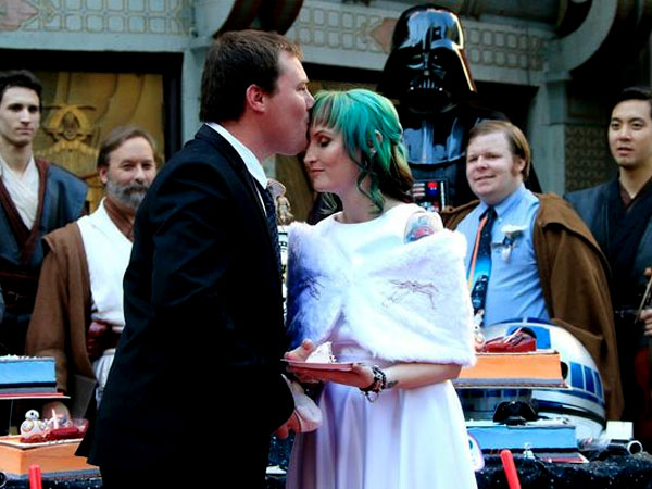 Fans Fanatik Ini Menikah di Depan Bioskop Penayangan Perdana Film 'Star Wars: The Force Awakens'!