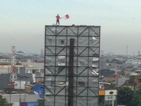 Panjat Papan Reklame di Grogol dan Kibarkan Bendera Merah Putih, Pria Ini Buat Geger Warga