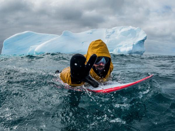 Taklukkan Ombak, Ini Dia Orang Pertama Yang 'Surfing' Di Tempat Terdingin Di Bumi!