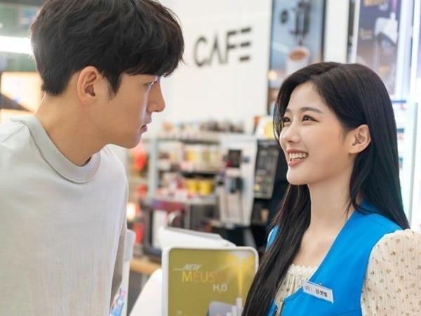 Kim Yoo Jung Kembali Jadi Karyawan Minimarket Ji Chang Wook, Cinta Mulai Bersemi?