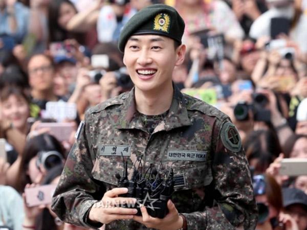 Disambut Ratusan Fans dan Empat Member, Eunhyuk SJ Resmi Keluar Wajib Militer!