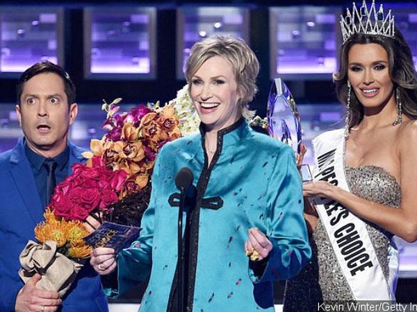 Kocaknya Saat Presenter People's Choice Awards Parodikan Insiden Memalukan di Ajang Miss Universe