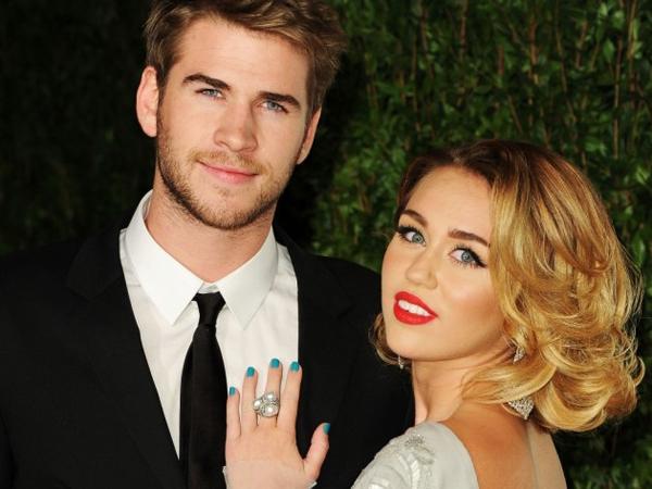 Pamer Cincin Berlian, Miley Cyrus Tunangan Lagi dengan Liam Hemsworth?