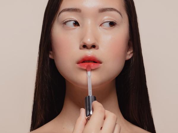 Viral! Artis Asal Tiongkok Buktikan Tubuh Kurus Dengan Taruh Lipstick di Bagian Ini