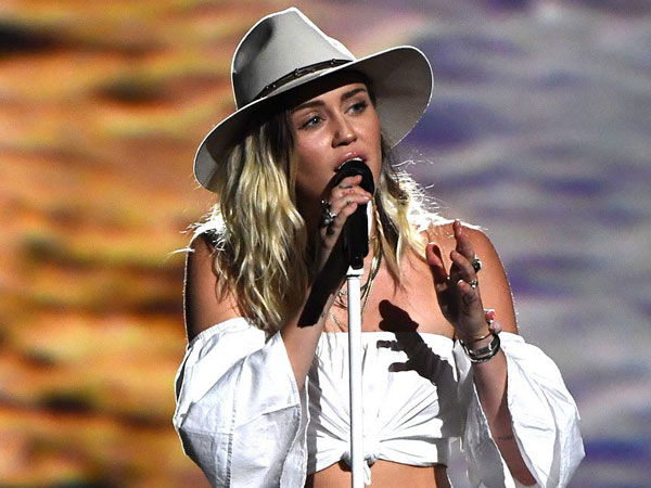 Ungkapan Patah Hati Miley Cyrus Lewat Lagu 'Week With You'