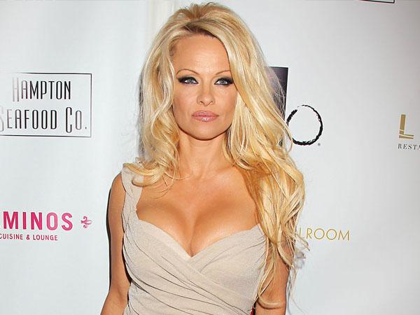 Pamela Anderson Lelang Cincin Tunangan Demi Amal