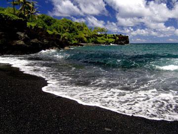 Bosan dengan Pasir Putih? Coba Keindahan Wisata Pantai Pasir Hitam di Negara-negara Ini!