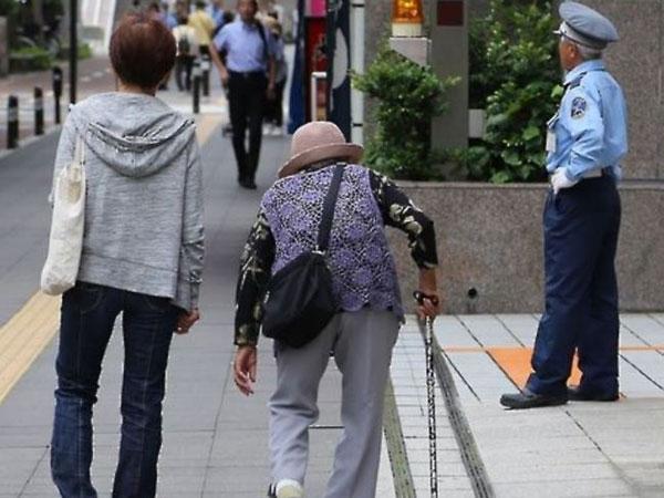 Pria Korea Tega Menyiksa Ibunya yang Mengidap Penyakit Alzheimer