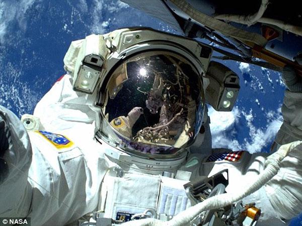 Wow, Astronot Ini Selfie dari Luar Angkasa dengan Latar Belakang Bumi!