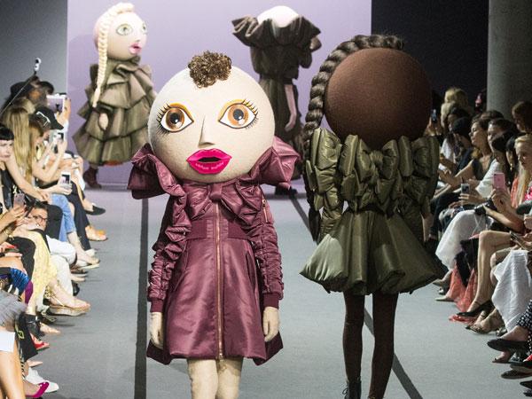 Ada Boneka Unik Melenggang di Panggung Paris Fashion Week