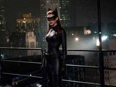 Anne Hathaway Nikmati Kostum Ketat Catwoman