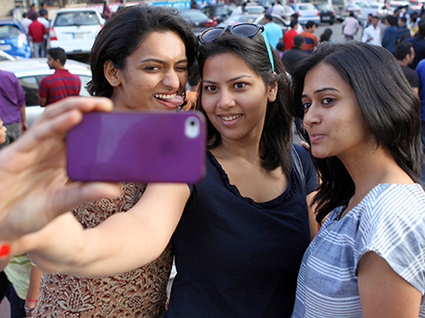 Gara-gara Selfie, 3 Mahasiswa Tewas Tertabrak Kereta