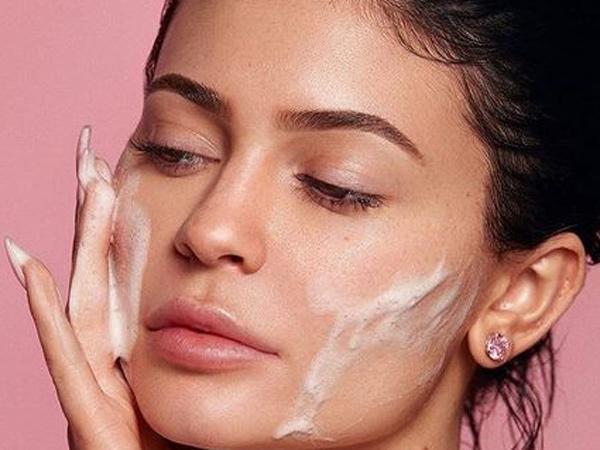 Peragakan Cara Cuci Muka untuk Promosikan Kylie Skin, Kylie Jenner Jadi Bulan-Bulanan Netizen