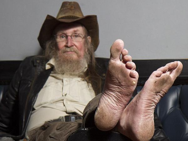 Wow, Pria Berusia 69 Tahun Ini Tak Pernah Memakai Alas Kaki Selama Hampir 50 Tahun!