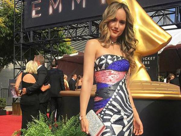 Datang ke Emmy Award 2017, Cinta Laura Pose Bareng Aktor Ganteng Hollywood!