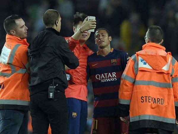 Selfie Bareng Penggemar di Lapangan, Neymar Terancam Dijatuhi Hukuman