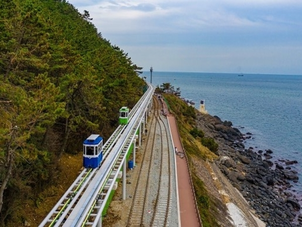 Bekas Jalur Kereta Api Ini Disulap Jadi Taman Pinggir Laut yang Indah
