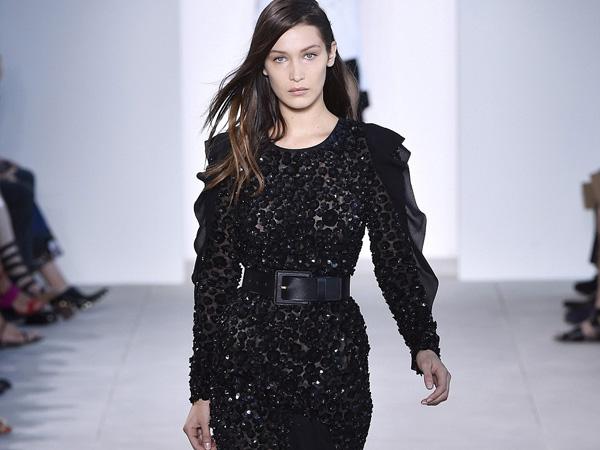 Ups, Bella Hadid Terjatuh Saat Melenggang di Atas Runway Show New York Fashion Week!