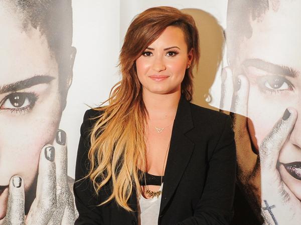 Wow, Demi Lovato Dilamar oleh Penggemarnya Saat Konser!