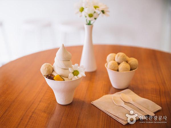 Jalan-jalan ke Hongdae Wajib Cobain Es Krim Sehat dari Nasi Coklat
