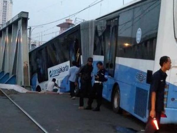 Libatkan Satu Mobil Pribadi, Ini Kronologi Busway Diseruduk Kereta Api Jakarta Pusat