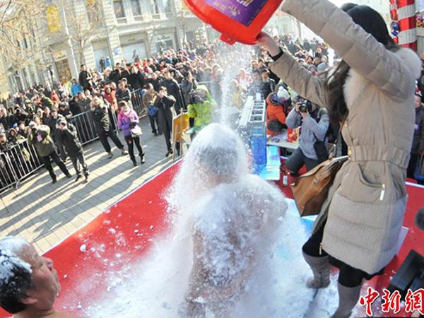 Ikuti Tantangan Snow Bucket Challenge Selama 100 Menit, Pria Ini Pecahkan Rekor Dunia!