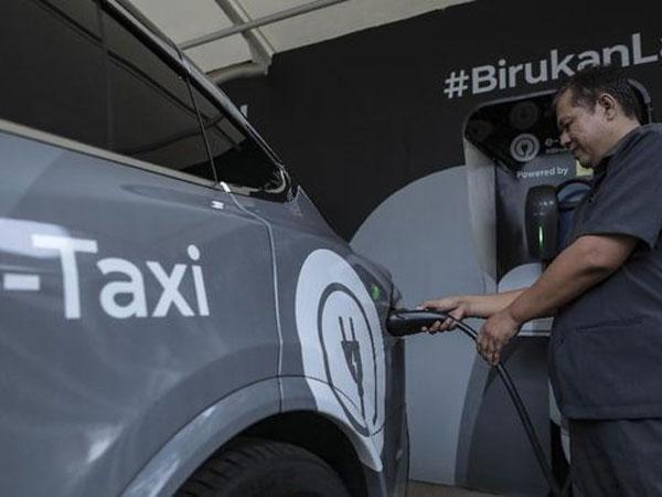 Yes! Gubernur Anies Resmi Bebaskan Pajak Kendaraan Listrik di Jakarta