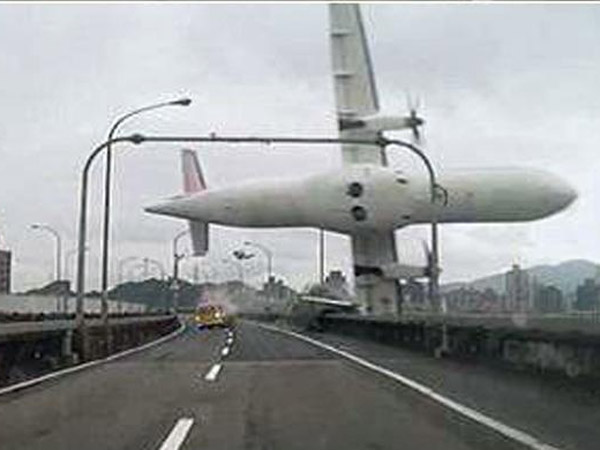 Detik-detik Jatuhnya Pesawat TransAsia Taiwan Sempat Terekam dari Jarak Dekat