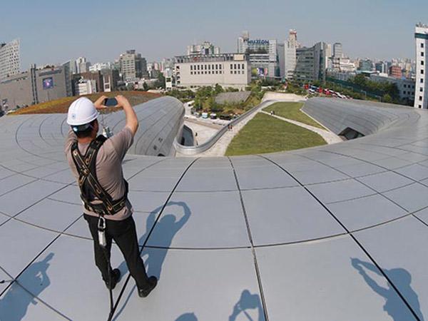 Jajal Sensasi Berbeda Berjalan di Atas UFO Dongdaemun Design Plaza, Seoul