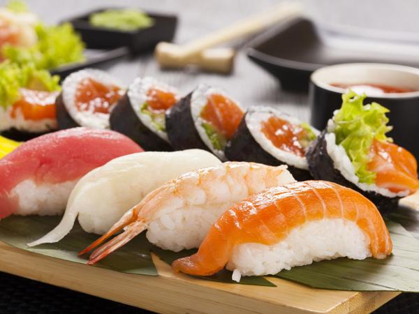 Viral Koki Restoran Sushi di Amerika Buat Makanan di Lantai