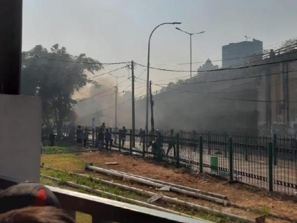 Waspada Kondisi Stasiun Tanah Abang Warga Dilempari Batu Oleh Massa