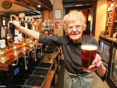 Wow, Ini Dia Wanita Pelayan Bar Tertua di Dunia Berusia 100 Tahun!