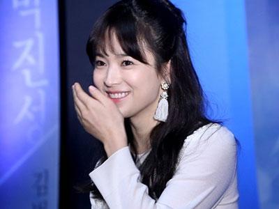 Song Hye Gyo Berikan Coklat Valentine Untuk Staff Dramanya!
