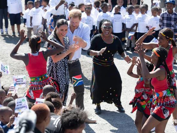 Aksi Meghan Markle dan Pangeran Harry Menari Saat Kunjungi Afrika Selatan