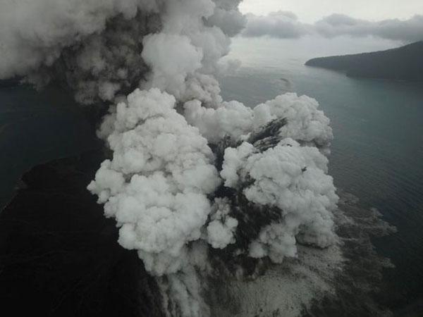Gempa Tremor Terus Terjadi Buat Gunung Anak Krakatau Naikkan Status, Potensi Meletus?