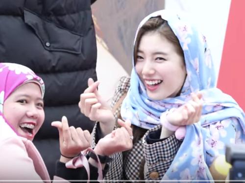 Viral Video Fans Indonesia yang Sukses Pakaikan Kerundung ke Suzy di Acara Fansign