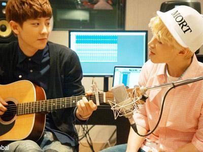 Henry Tampil Memukau Bawakan Lagu Akustik '1-4-3' Bersama Chanyeol EXO