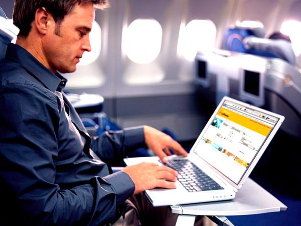 Gunakan Wifi 30 MB di Pesawat, Turis Ini Ditagih Sebesar Rp 14 Juta!